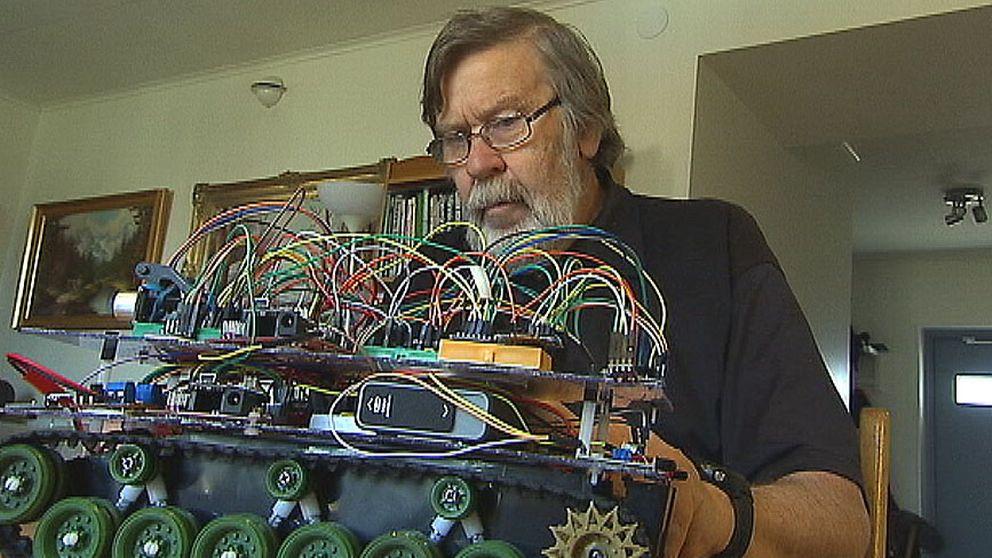 Gunnar Nilsson sitter framför en en elektronikpryl med massor av kablar som löper kors och tvärs.