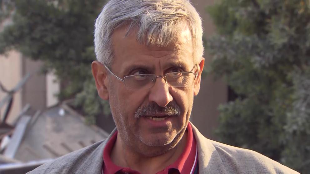 Forskaren Sayed Sayed står vid sitt förstörda forskningsinstitut