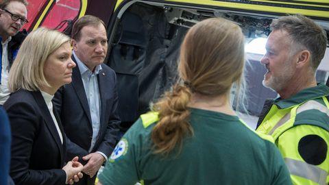 Per Marcusson, ansvarig läkare för ambulanshelikoptern, och sjuksköterskan Linda Fabricius visar Stefan Löfven och Magdalena Andersson den nya ambulanshelikoptern som är en av Sveriges modernaste.