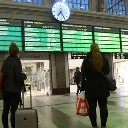 Personer som väntar på en tågstation.