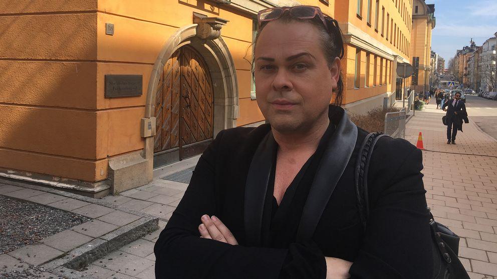 Stig Westlund har precis vittnat om hur Akilov körde in i Åhléns en meter ifrån där han stod. Här ses han framför säkerhetssalen i Stockholms tingsrätt.