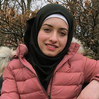 Boshra Al Yasin i rosa täckjacka