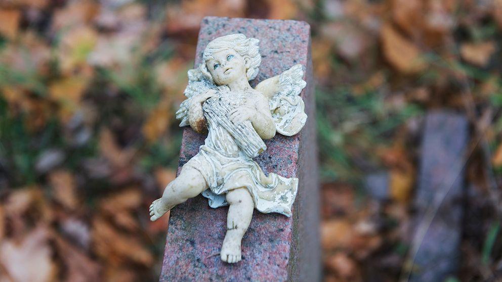 Kyrkogårdstjuvarna siktar in sig på mindre utsmyckningar. Ängel i marmor.