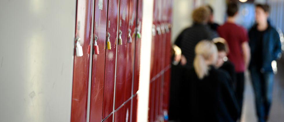 Elever i en skolkorridor.