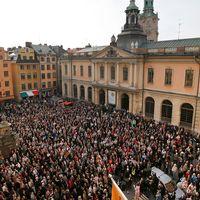 Knytblusmanifestation – avg?, hela akademien! h?lls p? Stortorget i Gamla stan i Stockholm.