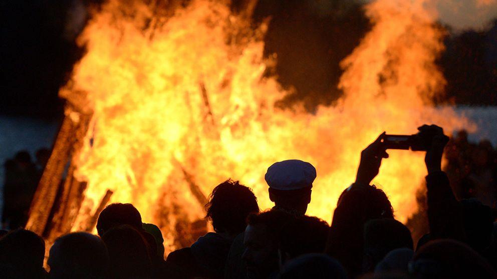 En valborgseld brinner.