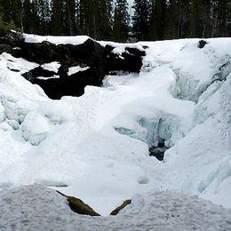 Ristafallet täckt med is som håller på att tina.