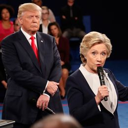 Trump lyssnar medan Hillary Clinton talar i en debatt i samband med presidentvalet 2016.