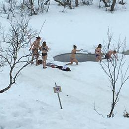 Vårvärmen i Storulvån i Jämtland den 20 april lockade några tappra till bad.