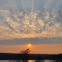 Magnifika solnedgång över sjön Åsunden i Ulricehamn Västergötland den 20 april.