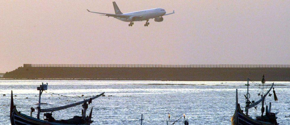 Ett flygplan som ska landa på Bali.