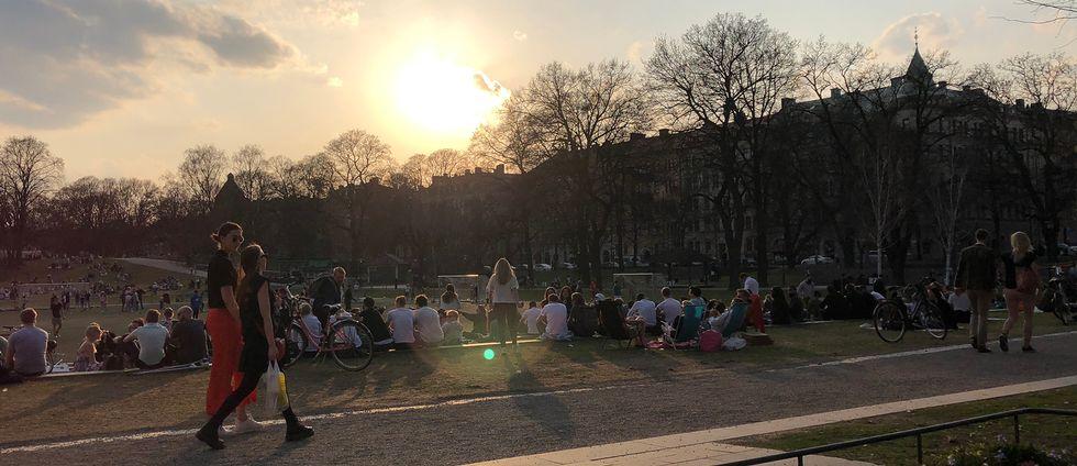 Vasaparken i Stockholm fylldes av folk under fredagen. Alla som gläds åt att sommaren är här får dock räkna med ett bakslag när kallare temperaturer drar in över landet i veckan.