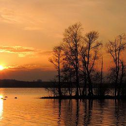 Solnedgång vid Oppmannasjön. Bilden tagen från parken vid Bäckaskogs Slott, 2018-04-22