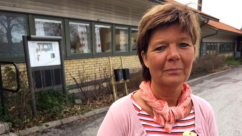 Denise Eriksson är rektor på Vikbolandsskolan. Inne i skolan sitter eleverna och skriver nationella prov.