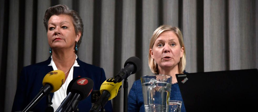 Ylva Johansson (S) och Magdalena Andersson (S) på en presskonferens.