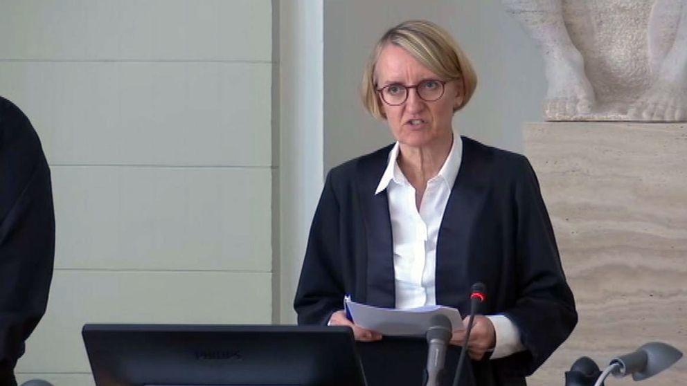 Här läser domaren Anette Burkö upp domen.