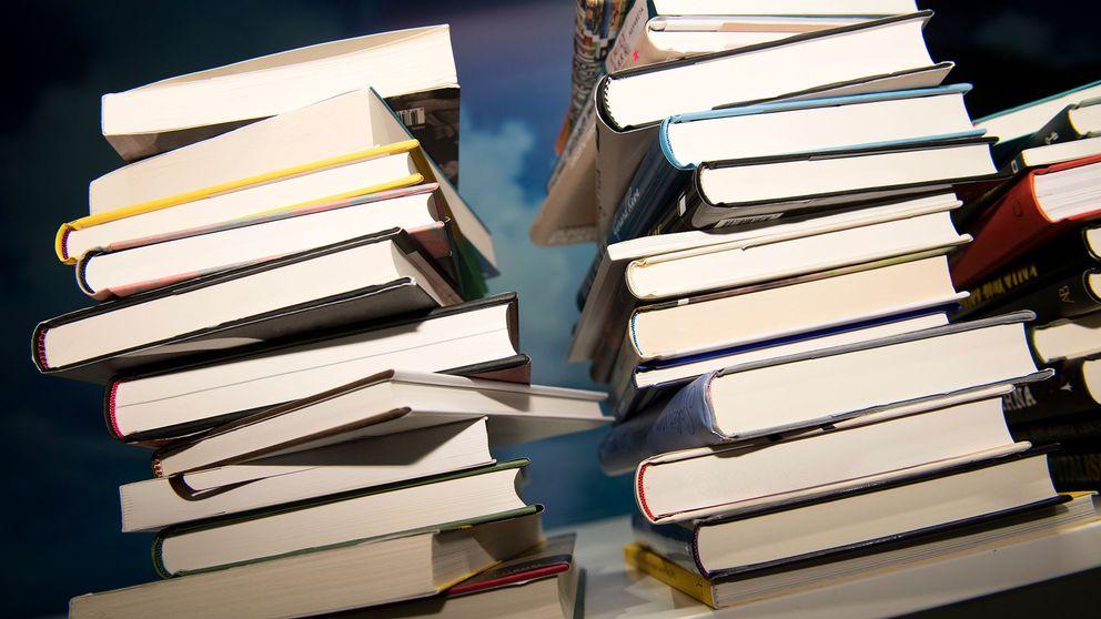 Två travar med böcker.
