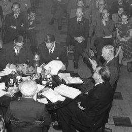 partipolitisk diskussion den 16 sept 1948 fr v runt bordet Ordföranden landshövding Conrad Jonsson, Sven Linderot /k/, Gunnar Hedlund /bf/ Fritiof Domö /h/, Bertil Ohlin /f/, Ernst Wigforss /S/, Tage Erlander /s/