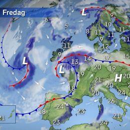 Den allra varmaste luften har dragit sig lite åt sydost och under fredagen hittar vi den över Grekland, Cypern och Turkiet. Dock breder lite varmare luft sig åter norrut över Tyskland och Frankrike igen. I gränsen mot den svalare luften som finns här i Skandinavien bildas moln och regn. Över Brittiska öarna drar ett lågtryck in som ger rikligt med regn. I södra halvan av Europa blir det en hel del sol tack vare ett högtryck. Dock bildas en del eftermiddagsskurar varför ett paraply kan vara på sin plats även här.