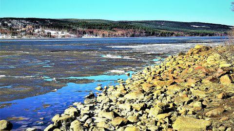 Havsisen håller på att tappa sitt grepp den här våren över Ullångersfjärden i dag 26 april