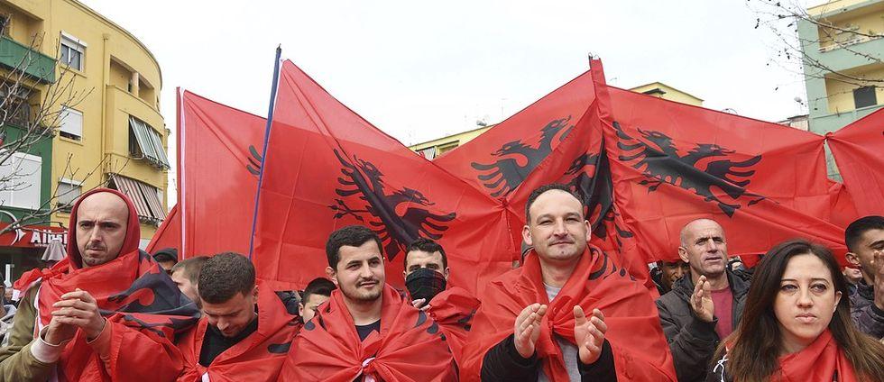 Albaner på Tiranas gator.