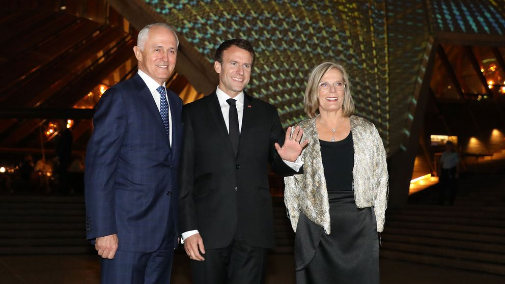 Frankrikes president Emmanuel Macron mellan det australiska premiärministerparet Malcolm och Lucy Turnbull.