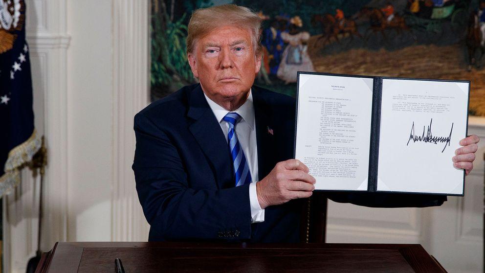 Trump visar upp ett underskrivet memo i samband med beskedet om Iranavtalet.