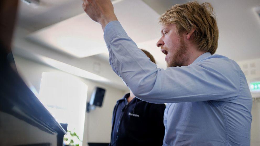 Esgil Kolind sjunger och spelar flygel