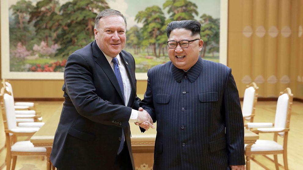 USA:s utrikesminister Mike Pompeo skakar hand med Nordkoreas ledare Kim Jong Un vid ett möte den 9 maj 2018.