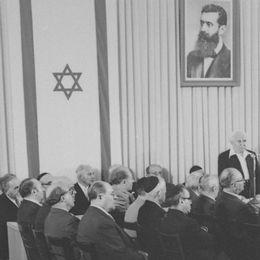 Historiskt foto från signeringen av Israels självständighetsdeklaration.