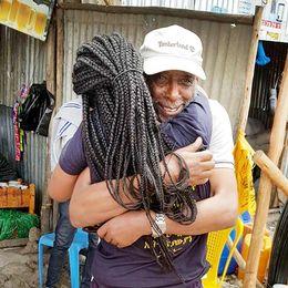 Emy Maru tillsammans med sin pappa Fikru Maru efter hans frigivning från det Etiopiska fängelset