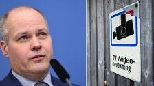 Bilden är ett montage: Bild på Justitieminister Morgan Johansson och en skylt som visar att det är kameraövervakning i området.