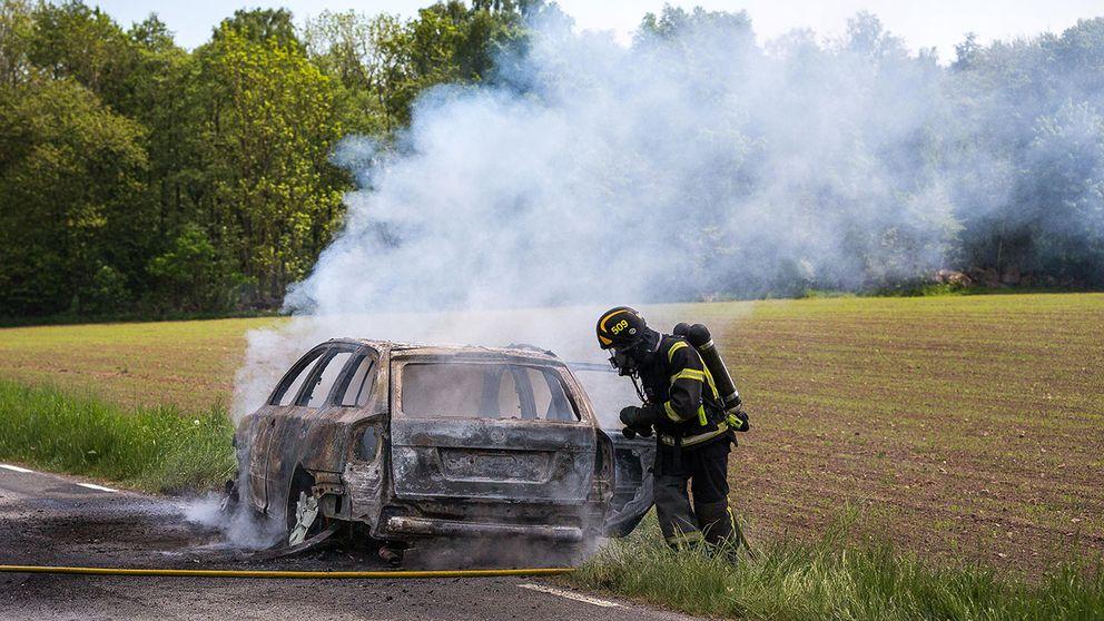 Bil började brinna i Djurröd.