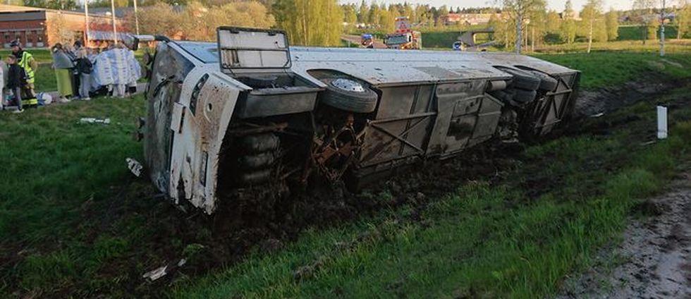 Fullastad buss välte på E4 i Sundsvall