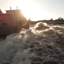 Vårfloden som släpps på i Dejeforsen vid kraftverket