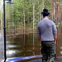 En man vadar i vatten