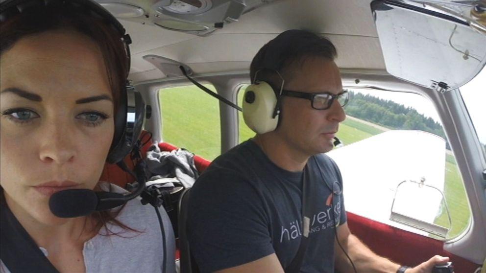 Två piloter sitter i ett flygplan.