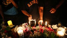 Människor tänder ljus för offren i skolskjutningen i Santa Fe, Texas.