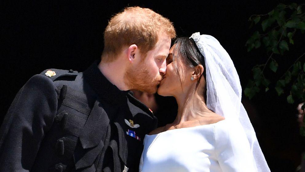 Prins Harry och Meghan, hertiginnan av Sussex, kysser varandra utanför kyrkan.