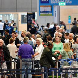 Personer står och köar i terminal 5 på Arlanda.