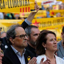 En samling människor med gulröda katalanska banderoller.