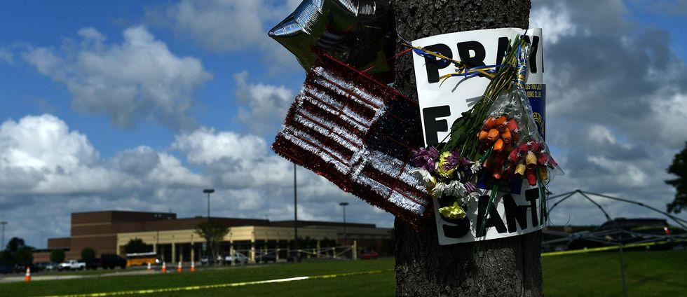 I förgrunden – träd med minneblommor. I bakgrunden – gymnasieskolan i Santa Fe.