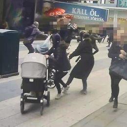 Människor flyr undan lastbilen på Drottninggatan den 7 april 2017.