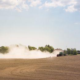 et är torrt och jorden yr när bonden harvar. Skulle nog sitta bra med lite regn nu. Bilden är tagen i Dals-Rostock, Dalsland.