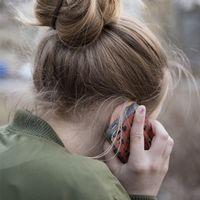 Kvinna pratar i telefon. Tips och råd från MSB om hur man kan förbereda sig på kriser och krig.