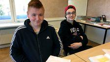 Robin Erlingsson och Andreas Marklund, två elever som sitter vid bänken i ett klassrum på en resursskola.