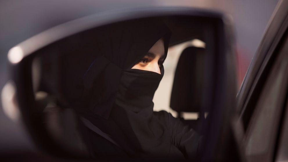 I backspegeln till en bil syns en kvinna bakom ratten i Saudiarabien.
