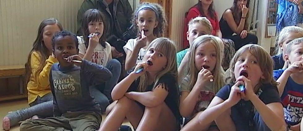 Barn i årskurs ett på Kvarnbergsskolan som borstar tänderna