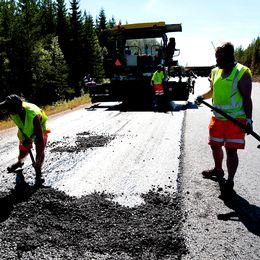Vägarbetare i svenskt solgass – på flera svenska vägar kan trafiken komma att flyta riktigt trögt i sommar på grund av arbeten.