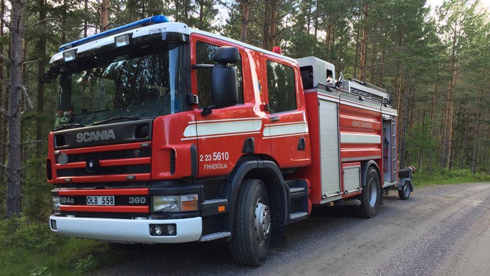 Brandbil vid Röfors i samband med en skogsbrand